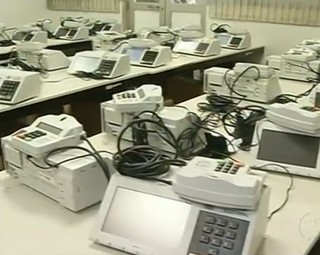 Urnas estão sendo preparadas para a votação em Barra do Piraí, no domingo (Foto: Reprodução RJTV 2ª Edição)