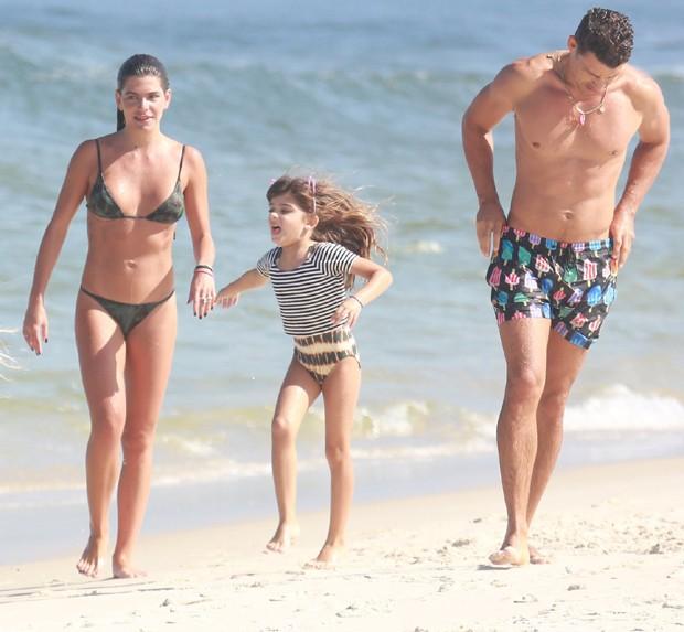 Cauã Reymond pega praia com filha e namorada e esbanja bom humor com bermuda de estampa de picolés