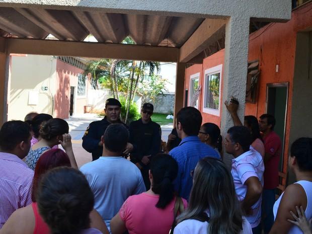Polícia foi chamada para retirar pais de alunos da escola que há dois anos está em reforma. (Foto: Magda Oliveira/G1)