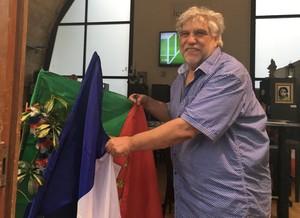 João Heitor, dono do Lusofolie's, tira a bandeira da França da frente para dar lugar a de Portugal (Foto: Felipe Barbalho/GloboEsporte.com)