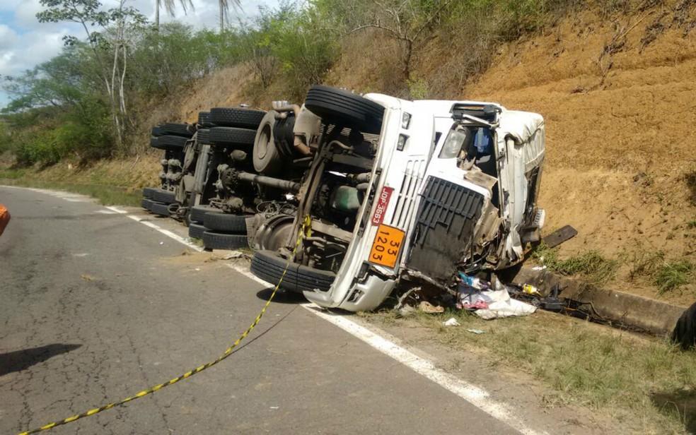 Motorista ficou ferido e filho morreu no acidente (Foto: Divulgação/Corpo de Bombeiros)
