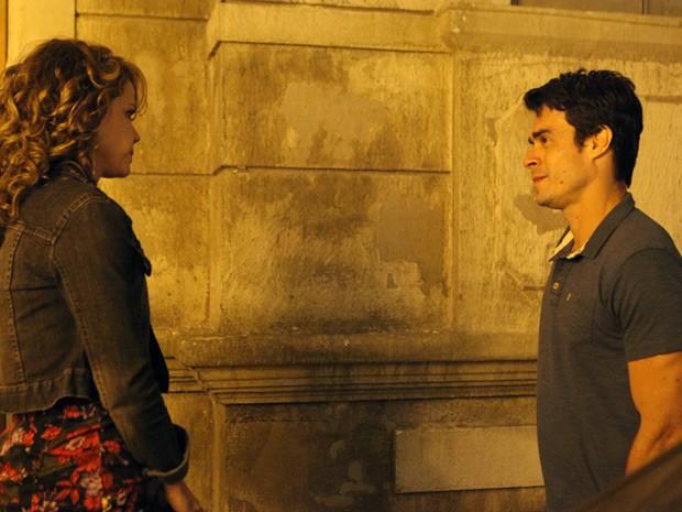 Cristina conversa com Fernando na porta de casa (Foto: Carol Caminha/TV Globo)