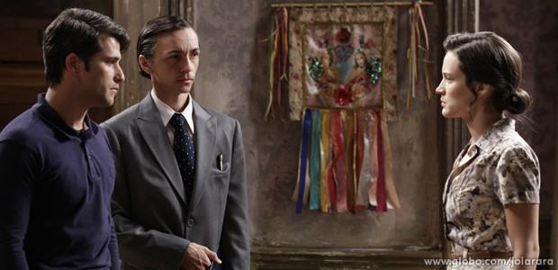Franz consegue direito de Ernest visitar Pérola e leva filha do cortiço com oficial de justiça (Foto: Fábio Rocha/ TV Globo)