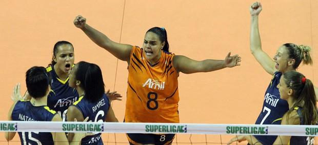 Campinas festeja ponto contra Pinheiros, na Superliga Feminina (Foto: Felipe Christ / Amil)