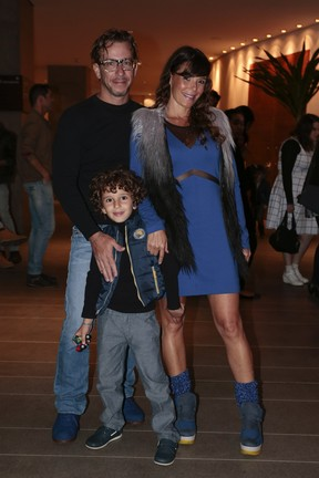 Mylla Christie com o marido, Tutu Sartori, e e filho, Arthur, em pré-estreia de peça em São Paulo (Foto: Rafael Cusato/ Brazil News)