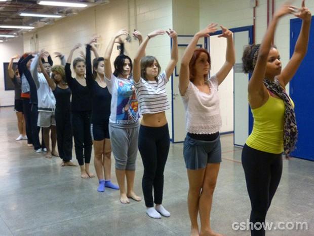 Concentração total na aula de dança (Foto: Malhação / TV Globo)