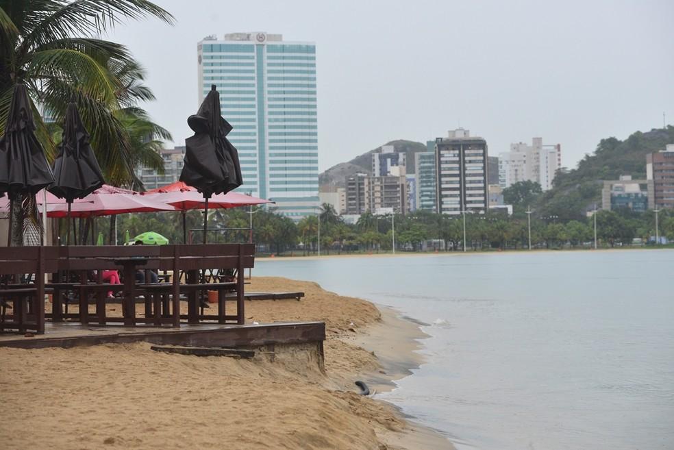 Mar invade e causa erosão na Curva da Jurema (Foto: Edson Chagas/ A Gazeta)