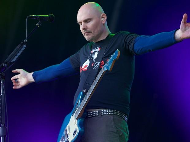 30/6 - Billy Corgan, dos Smashing Pumpkins se apresenta no último dia do festival (Foto: Andrew Cowie / AFP)