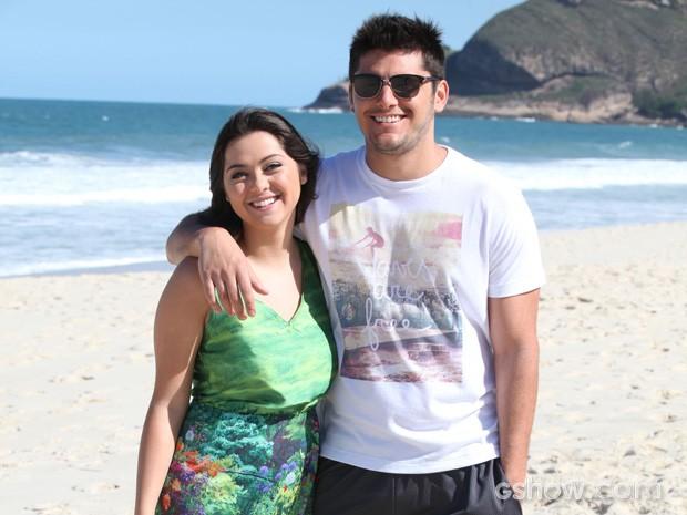Polliana Aleixo e Bruno Gissoni posam nos bastidores (Foto: Pedro Curi/TV Globo)