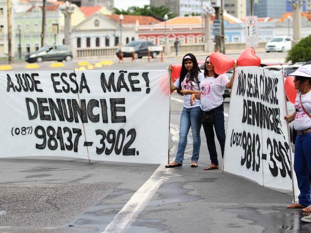Protesto dos parentes e Beatriz Mota no palácio do Governo, no Recife (Foto: Marlon Costa/Pernambuco Press)