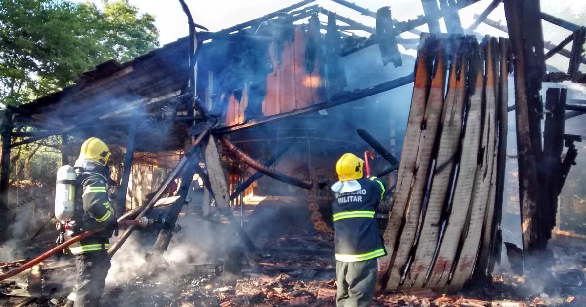 Incêndio atinge aviário em Cunha Porã, no Oeste de Santa Catarina - Globo.com