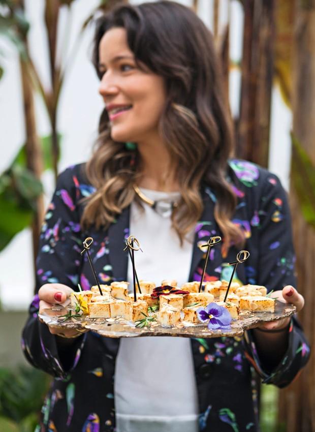 A anfitriã Vivian traz os tostados de queijo da Canastra na bandeja de pedra brasileira Deep Earth (Foto: Lufe Gomes / Editora Globo)
