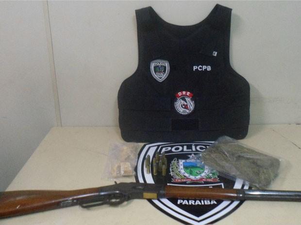 Na noite de sexta-feira (31), a Polícia Civil prendeu em flangrante um jovem de 20 anos no bairro de Mangabeira em João Pessoa, após encontrar com o suspeitos drogas e arma. De acordo com a Delegacia de Repressão à Entorpecentes, o jovem estava portando uma carabina calibre 44, com 11 munições, e com a posse de cerca de um quilo de maconha e 200 gramas de crack. A prisão do suspeito de tráfico aconteceu após um denúncia anônima feita através do número do disque-denúncia 197 (Foto: Divulgação/Polícia Civil)