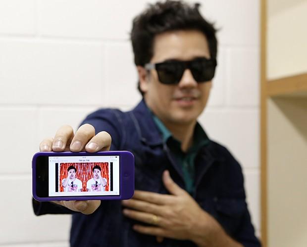 Flausino mostra print de montagem que fã fez com sua foto (Foto: Artur Meninea / TV Globo)