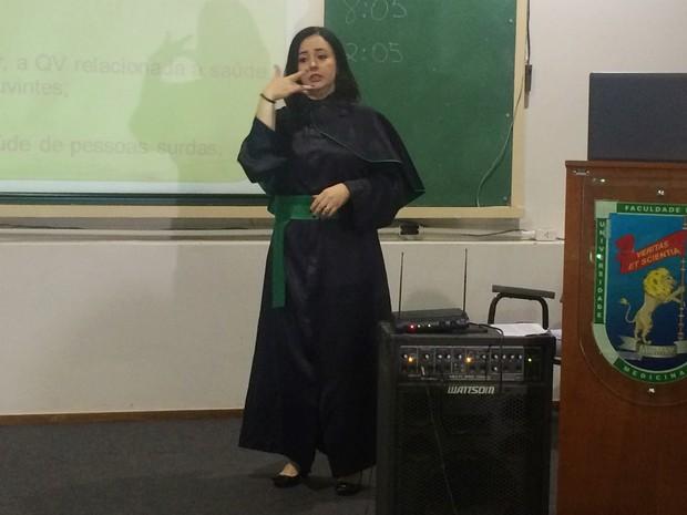 Renata Rodrigues de Oliveira Garcia, 40, é a primeira surda a defender tese de mestrado na UFG, em Goiás (Foto: Fernanda Borges/G1)