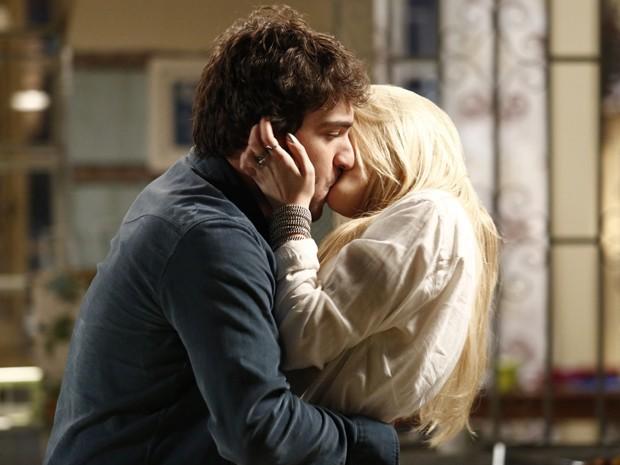 Davi diz que vai dar uma chance para a gata e os dois se beijam com tudo! (Foto: Fábio Rocha / TV Globo)