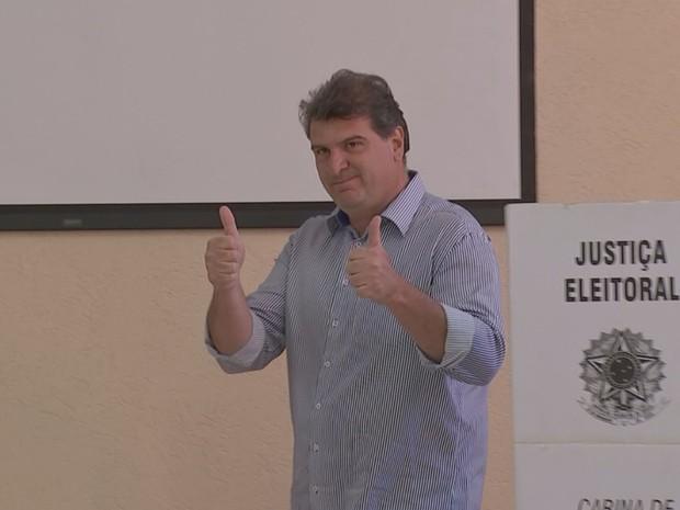 Clodoaldo Gazzetta, do PSD, votou na manhã deste domingo no Sesi em Bauru  (Foto: Carlos Torrente / TV TEM )