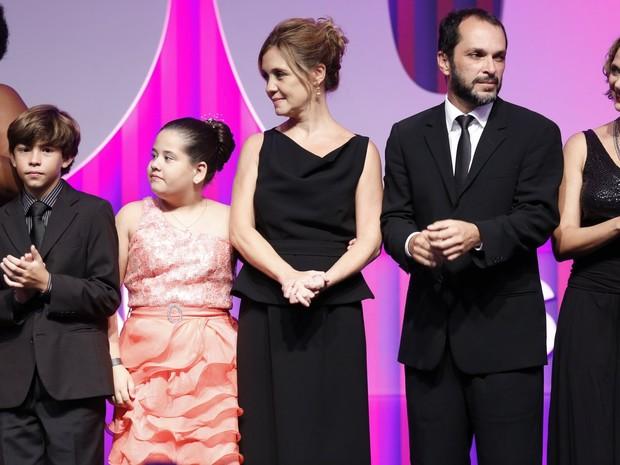 Adriana Esteves e o elenco de 'Avenida Brasil' em prêmio no Rio (Foto: Leo Marinho e Roberto Filho/ Ag. News)