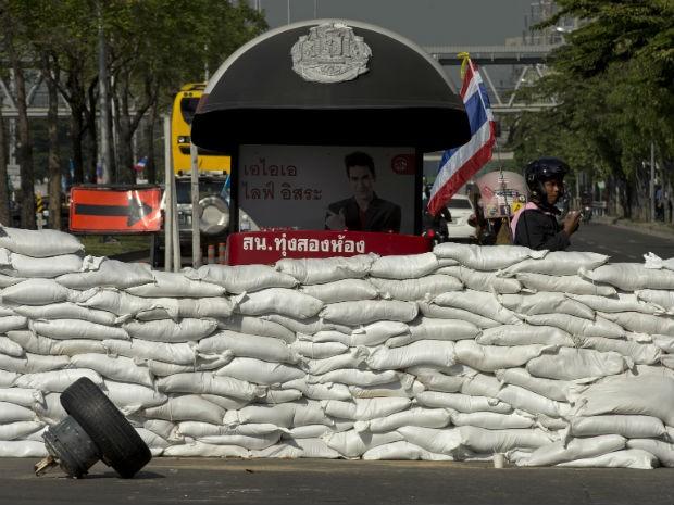 Foram levantadas barricadas com sacos de areia para gerar um colapso em todo o tráfico de Bangcoc, na Tailândia (Foto: Pornchai Kittiwongsakul/ AFP)