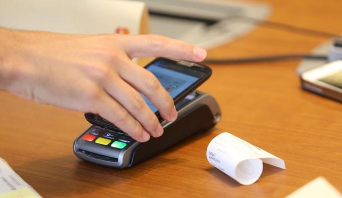 Tecnologia de pagamento por aproximação da MasterCard permite pagar contas com o celular.