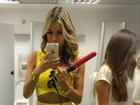 Ex-BBB Adriana penteia o cabelo em banheiro de aeroporto