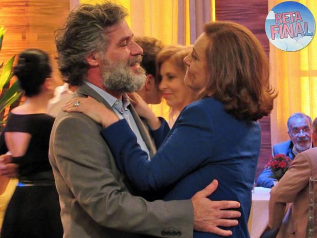 Manuel e Tina não suportam a distância e resolvem voltar (Foto: Eduardo Wolff / Gshow)