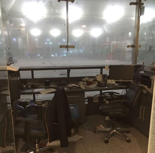 Aeroporto Ataturk, em Istambul, foi atingido por explosões na terça (18) (Foto: Reprodução/Twitter/ruchankayrim)