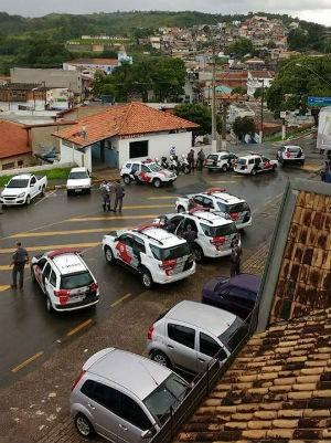 Policiais fazem cerco a banco após suspeitar de dupla dentro da agência (Foto: Divulgação / São Roque Notícias)