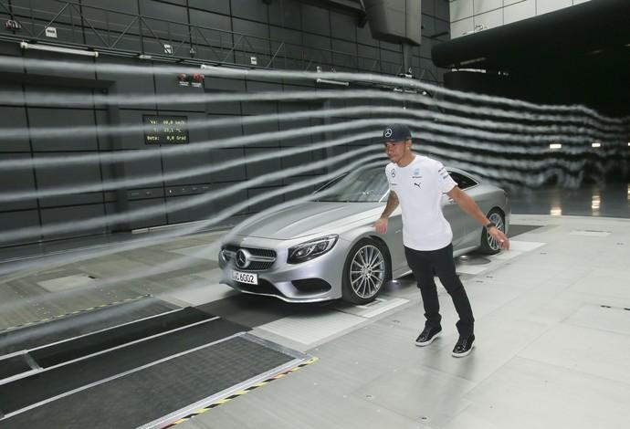 Lewis Hamilton se diverte no túnel de vento da Mercedes, em Stuttgart (Foto: Divulgação  )