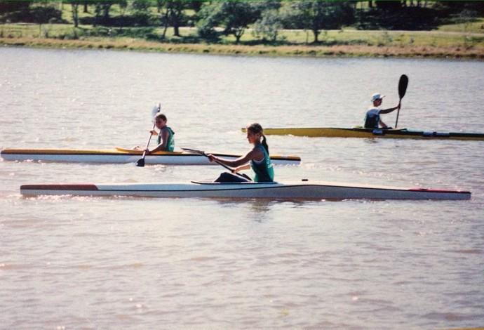 Ana Paula e a irmã Beatriz bem novinhas já praticando a canoagem (Foto: Arquivo Pessoal)