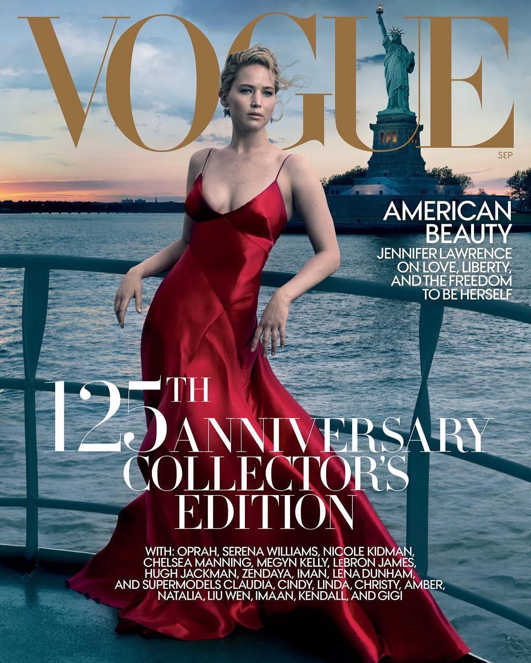 Pelas lentes de Annie Leibovitz, Jennifer aparece a bordo de um vestido de gala vermelho da Ralph Lauren posando em frente à Estátua da Liberdade.   (Foto: Divulgação)