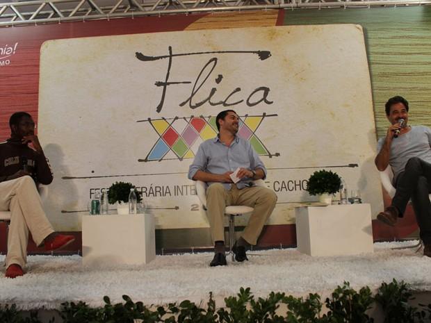 Escritor norte-americano Uzodinma Iweala, Rosel Soares (mediador) e o escritor angolano José Eduardo Agualusa fecharam a noite de debates (Foto: Ida Sandes/G1)