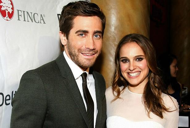 Sim, Jake Gyllenhaal e Natalie Portman namoraram em 2006. Terminaram, ela se casou com o coreógrafo francês Benjamin Millepied em 2012 e, mesmo assim, os dois atores continuam sendo muito bons amigos. Esta foto, por exemplo, é de 2010, e eles parecem bem à vontade próximos um do outro. (Foto: Getty Images)