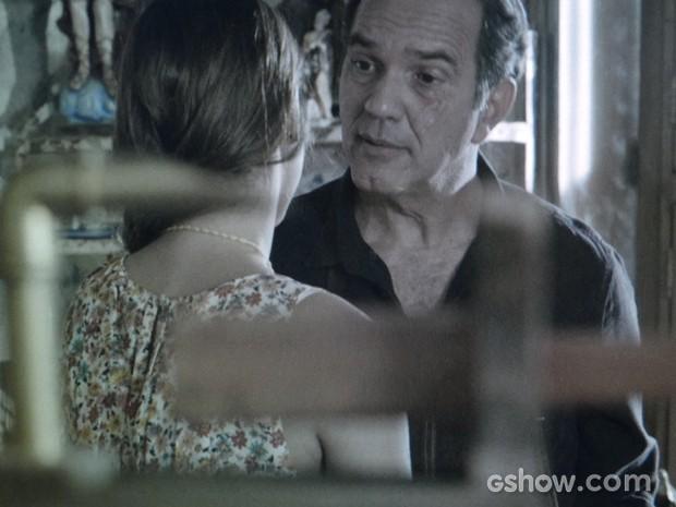 Vírgilio ouve com surpresa a dica da filha (Foto: Em Família/TV Globo)