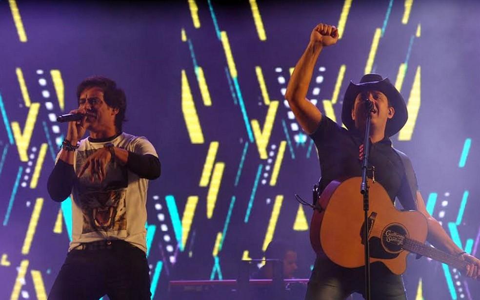 A dupla Guilherme e Santiago no palco do Rodeio de Americana (Foto: Júlio César Costa)