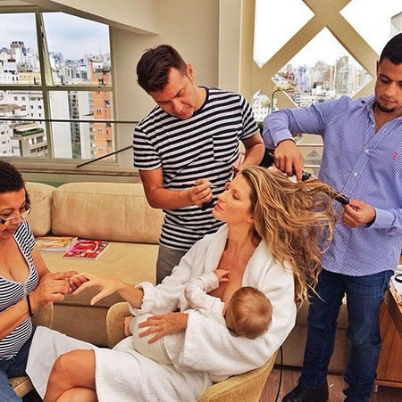 """""""O que eu faria sem esse pelotão de beleza depois de 15 horas de voo e só 3 horas de sono?"""", disse a supermodel dando de mamar para o seu bebê no Instagram. (Foto: Instagram)"""