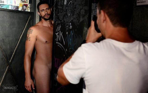 Daniel Fontes posando para o Paparazzo (Foto: Roberto Teixeira / Paparazzo)