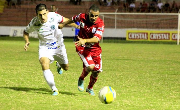 Luciano Gigante e Fumagalli disputam a bola  (Foto: Luis Eduardo Ledsilco/Batatais FC)