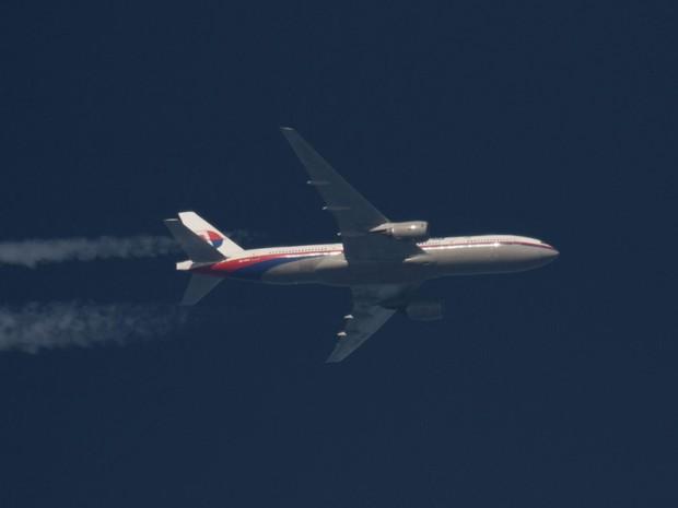 Peça que seria de avião sumido da Malaysia Airlines é achado na costa africana (Foto: Tomasz Bartkowiak/Reuters)