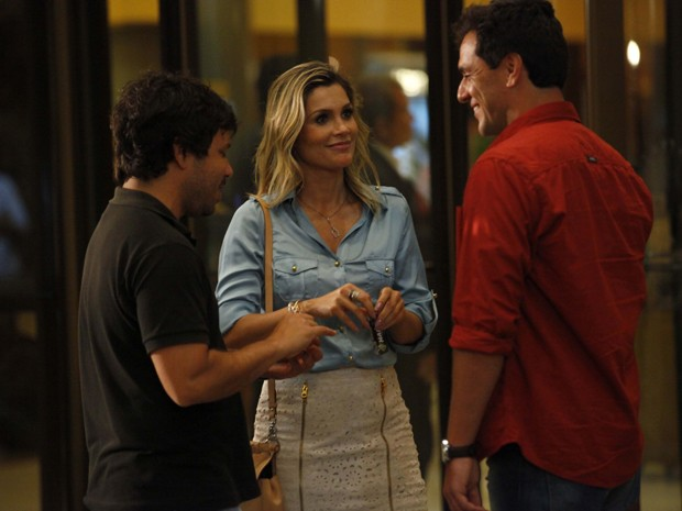 Flávia Alessandra e Rodrigo Lombardi conversam antes da cena (Foto: Salve Jorge/TV Globo)