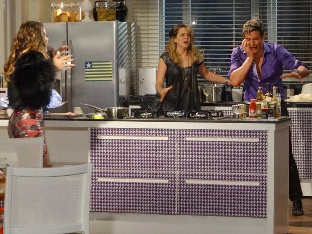 A diva erra a mira e o caldo quente vai direto no rostinho bonito de Fabian (Foto: Cheias de Charme / TV Globo)