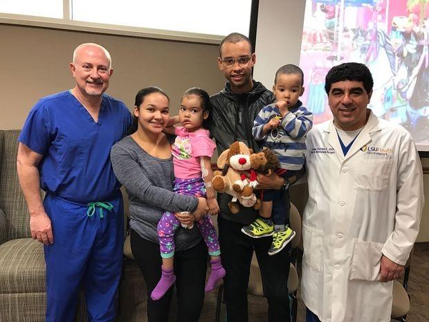 G. E. Ghali. (de azul) e Celso Palmieri Jr. (de branco) e a família de Melyssa (Foto: Arquvio/Celso Palmieri Jr.)