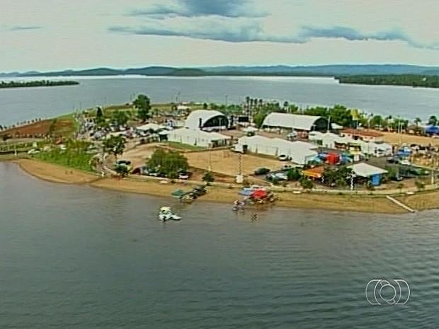 Estrutura para carnaval começa a ser montada na Praia do Sol, em Minaçu, Goiás (Foto: Reprodução/TV Anhanguera)