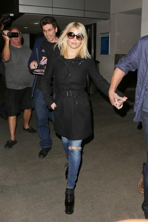 X17 - Jessica Simpson em aeroporto de Los Angeles, nos Estados Unidos (Foto: X17online/ Agência)