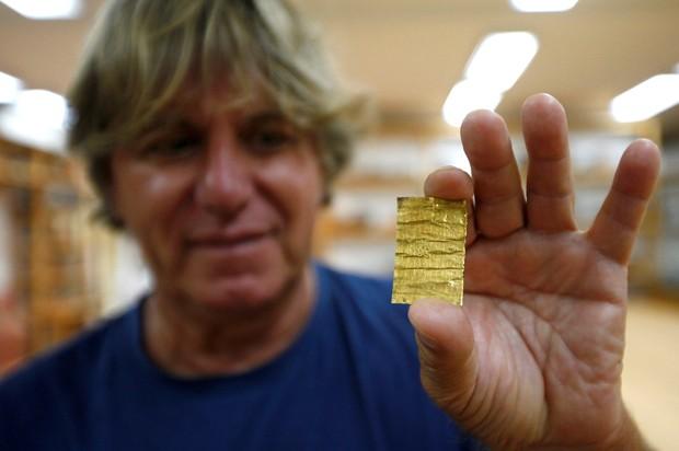 Miomir Korac exibe amuleto achado com esqueletos (Foto: Djordje Kojadinovic/Reuters)