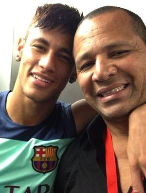 Neymar com o pai exame médico Barcelona (Foto: Reprodução / Twitter oficial)