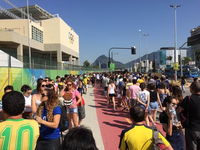 Público encara longas filas no acesso ao Parque Olímpico (Foto: Helena Rebello)