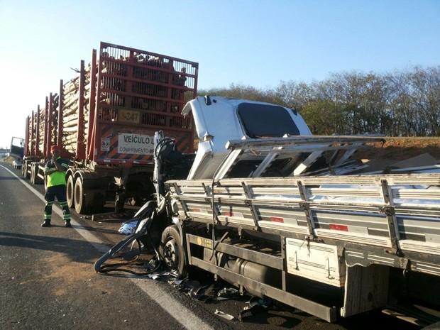 Caminhão entrou na traseira da carreta e dois irmãos morreram (Foto: Cesar Evaristo/TV TEM)