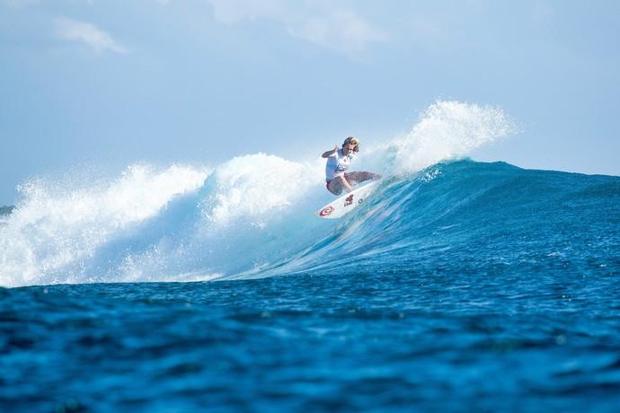 Bethany Hamilton na batyeria contra Tyler Wright em Fiji no circuito mundial de surfe  (Foto: WSL)