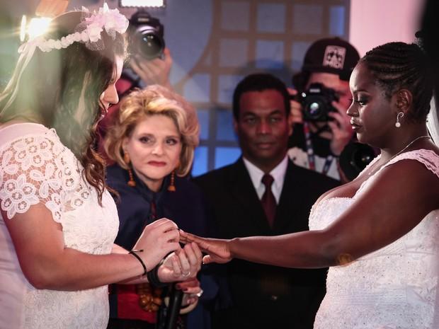 Mayara põe a aliança no dedo de Naira durante o primeiro casamento gay do Rock in Rio (Foto: Fábio Tito/G1)